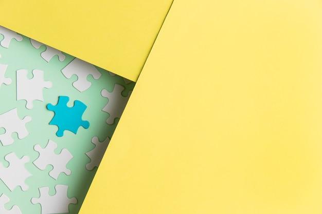 Pièces de puzzle sur table