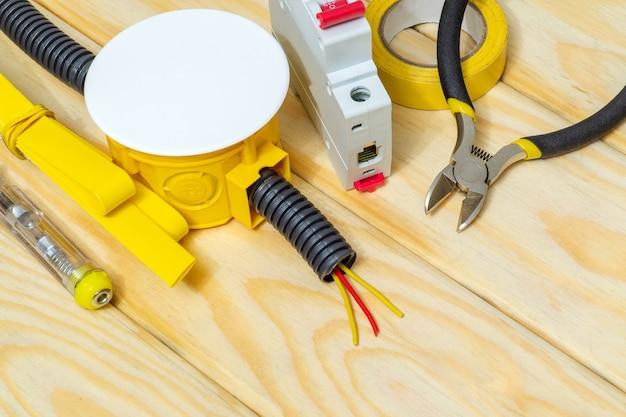 Pièces de rechange et outils électriques sur planches en bois
