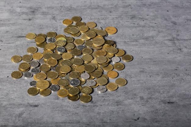 Pièces de shekels israéliens sur la table. mise à plat, vue de dessus. copiez l'espace pour n'importe quelle conception. pièces éparses de 10, 50 agorot, pièce de monnaie israélienne un nouveau shekel. close-up de pièces de monnaie israéliennes.