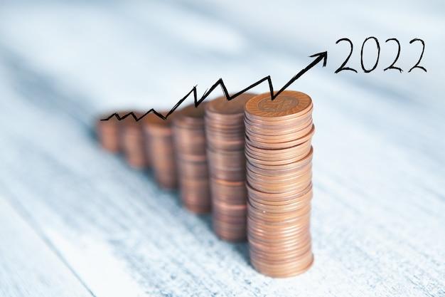 Pièces sur la table sous la forme d'un graphique 2022 en croissance