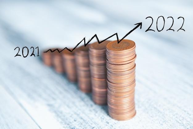 Pièces sur la table sous la forme d'un graphique croissant 2021-2022