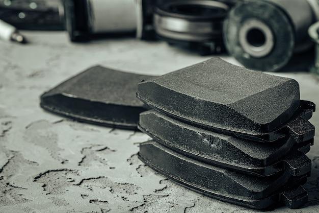 Pièces de voiture sur fond de béton texturé gris