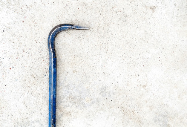 Pied de biche en métal sur un sol en béton