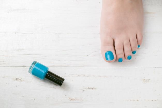 Pied avec clous peints en bleu clair