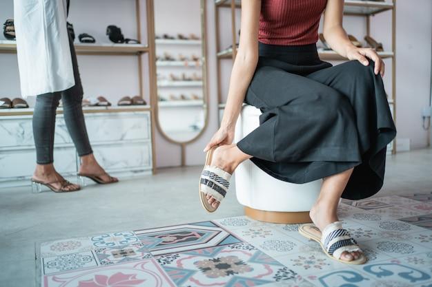 Pied de femme ajusté sur une chaussure