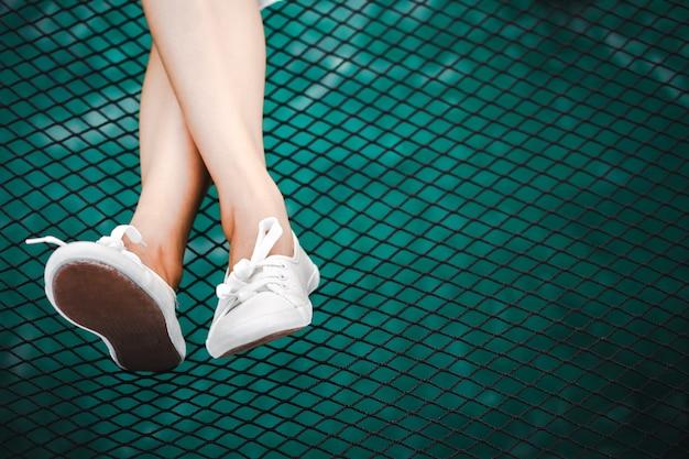 Pied de femme asiatique se détendre sur la mer