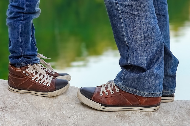 Un pied d'heureux parent et enfant dans la nature dans le parc voyage