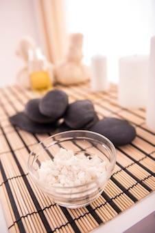 Un pied de sel se dresse sur une table près des pierres chaudes.