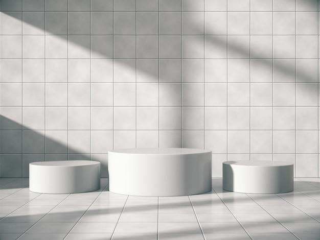 Piédestaux blancs pour l'exposition de produits dans une pièce de carreaux avec des lumières latérales