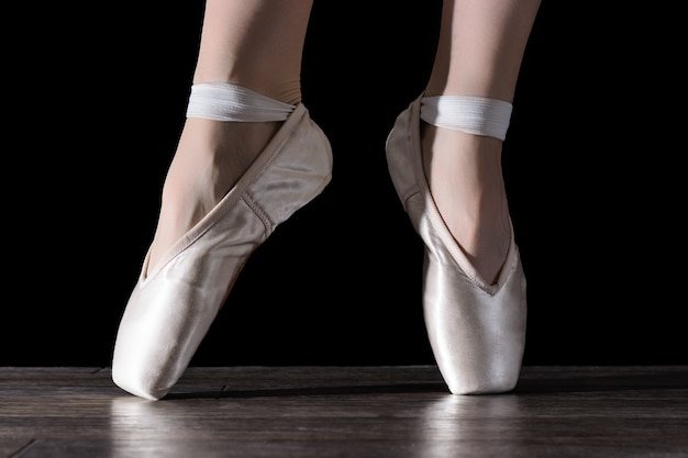 Pieds de ballerine dansante.