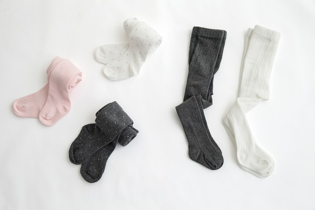 Pieds de bébé en chaussettes