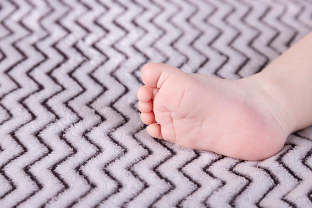 Pieds de bébé. les pieds de tout-petit minuscule se bouchent.