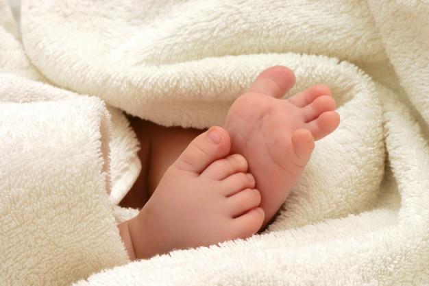 Pieds de bébé en serviette