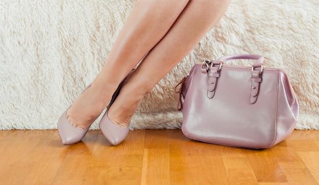 Pieds dans les chaussures et le sac en poudre
