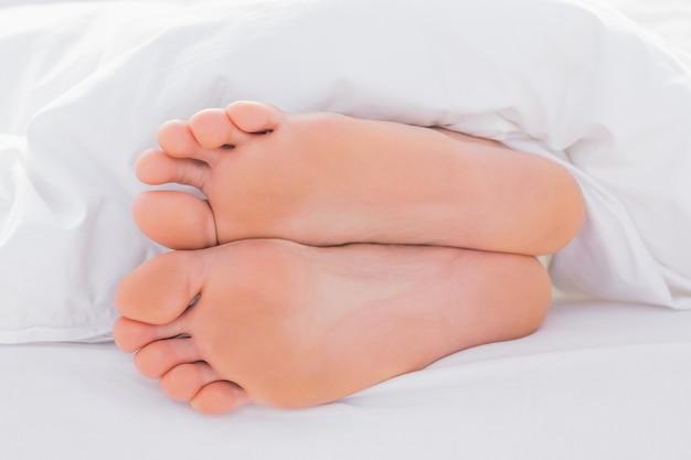 Pieds dans un lit