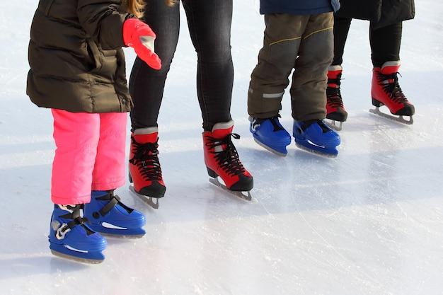 Pieds de différentes personnes patinant sur la patinoire