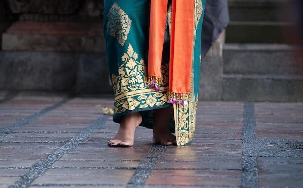 Pieds du danseur traditionnel de bali dans la performance de barong