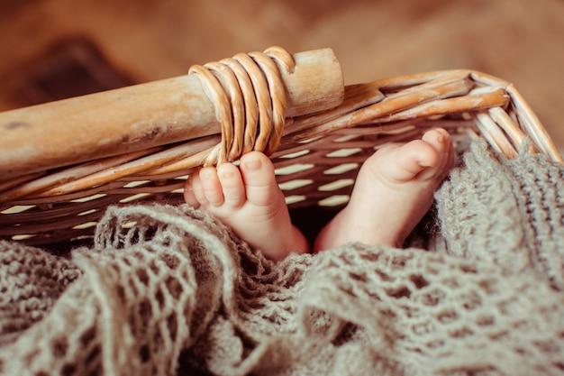 Pieds d'enfant couché dans le panier