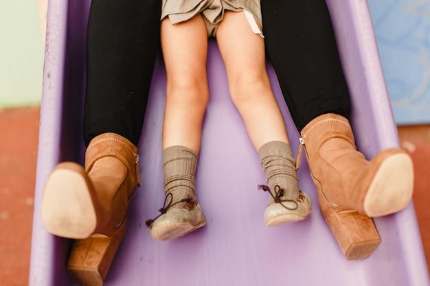 Pieds d'enfants jouant à l'escalade et sautant sur des toboggans