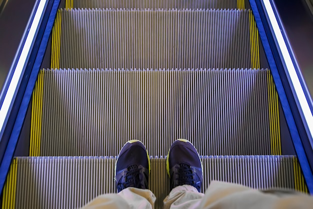 Pieds sur l'escalator