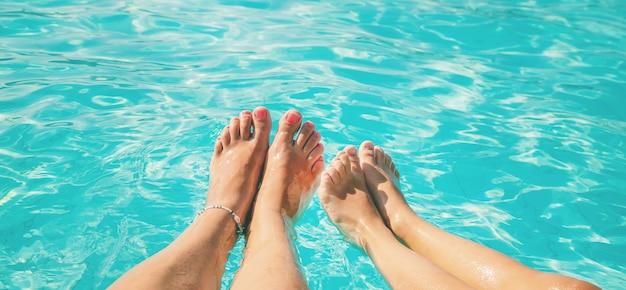 Les pieds d'une famille au bord de la mer