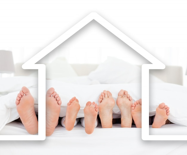 Pieds famille dans la couette avec illustration de la maison