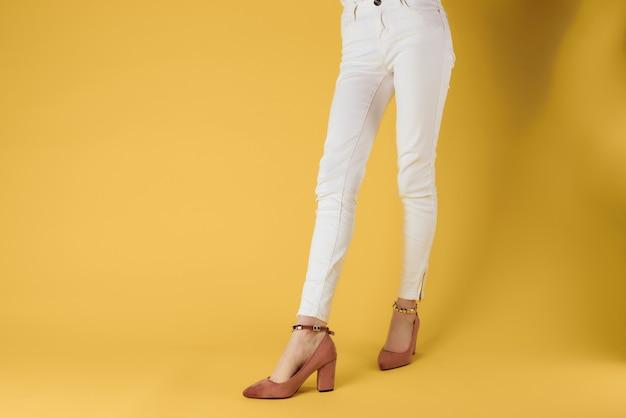 Pieds féminins chaussures de mode mur jaune de luxe