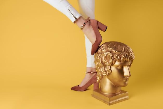 Pieds féminins mode style de vie shopping style élégant posant