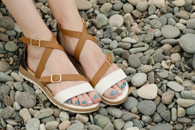 Pieds féminins en sandales