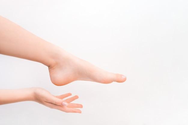 Pieds féminins. spa, gommage et soins. concept de pédicure et d'épilation.