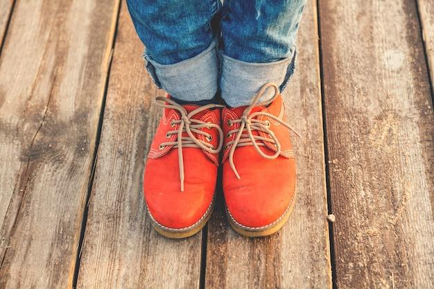 Pieds de femme dans des chaussures rouges