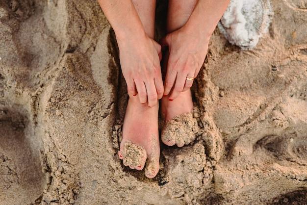 Pieds de femme dans le sable d'une plage