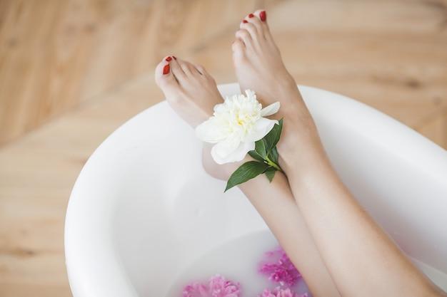 Les pieds des femmes dans le bain