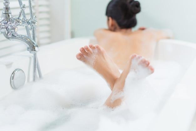 Pieds de femmes, elle se baignait dans une baignoire