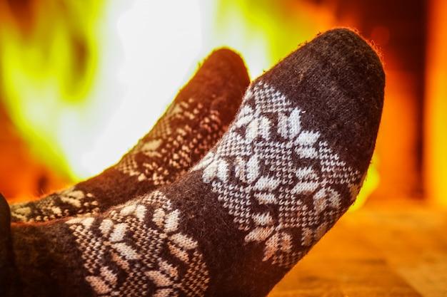 Pieds d'homme en chaussettes de laine