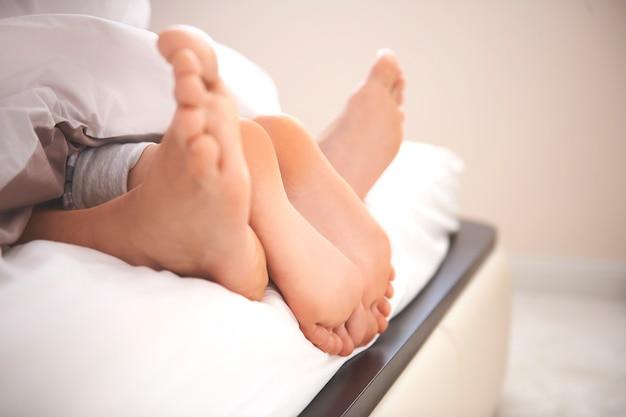 Les pieds humains comme symbole d'une relation très étroite