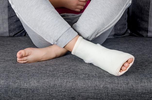 Pieds de jeune fille avec un bandage