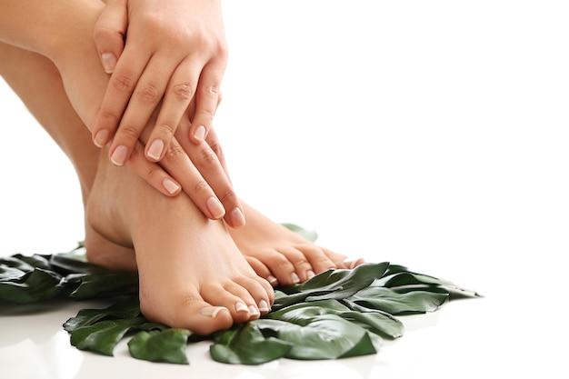 Pieds et mains nus féminins. concept de manucure et pédicure