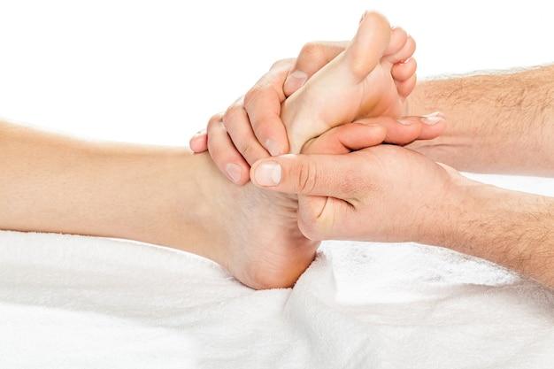 Pieds de massage des mains masculines