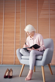 Pieds nus préparant un plan d'affaires au bureau à domicile