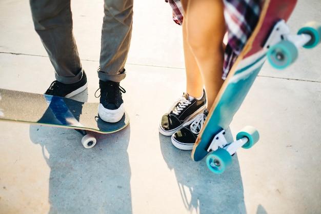 Pieds patineurs modernes avec patin à roulettes