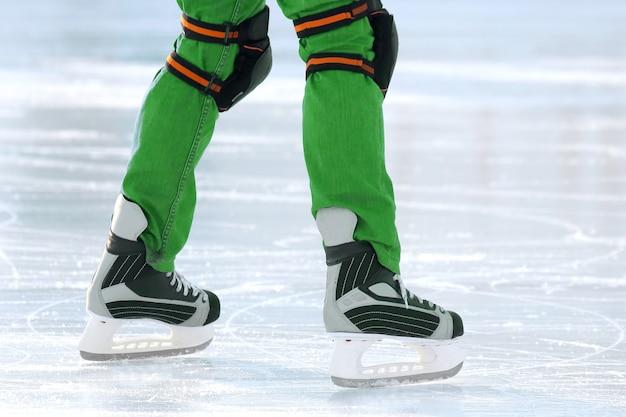 Pieds sur les patins d'une personne roulant sur la patinoire. vacances sports et loisirs