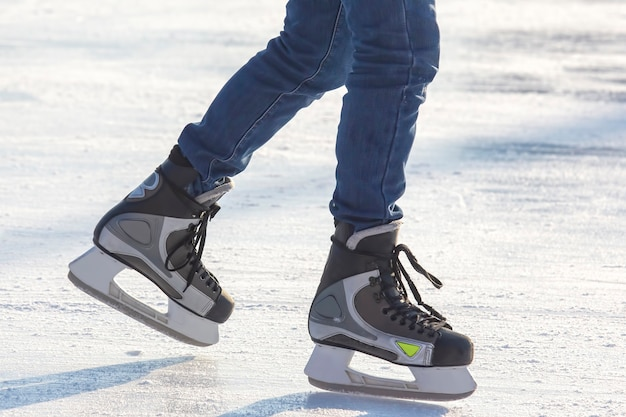 Pieds sur les patins d'une personne roulant sur la patinoire