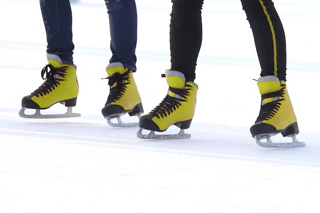 Pieds en patins rouges sur une patinoire. sport et divertissement. repos et vacances d'hiver.