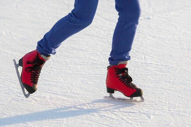 Pieds en patins rouges sur une patinoire