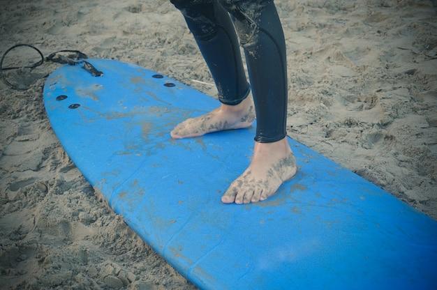 Pieds sur la planche de surf