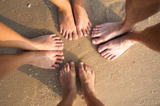 Les pieds sur le sable à la mer et la lumière du soir. flou artistique