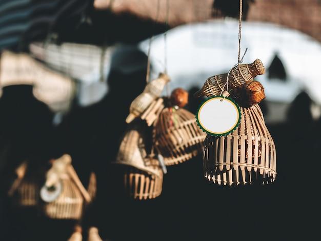 Piège au hasard un poisson ou une citerne, les thaïlandais croient que la pendaison devant la maison ou le magasin sera riche et prospère.