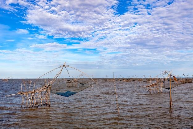 Piège à pêche de style thaïlandais dans le village de pak pra dans la province de phatthalung en thaïlande