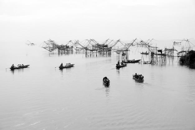 Piège à poissons géant dans le lac avec de nombreux bateaux à longue queue.